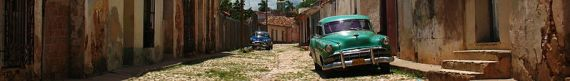Trinidad_(Central_Cuba)_banner_Street_with_old_cars